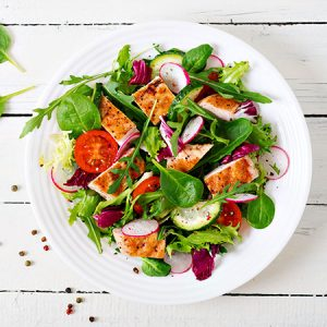 Salade poulet, radis, tomate, mâche et salade