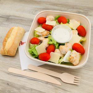 Salade, poulet rôti, tomates cerises, Grana Padano, sauce césar