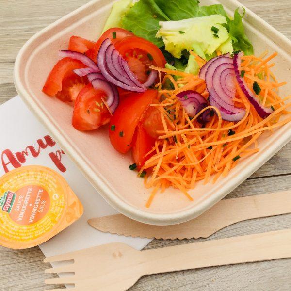 Salade, tomates, oignons rouges, carottes rapés