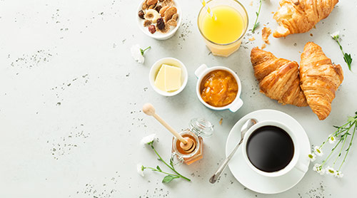 Café, jus d'orange, viennoiseries et miel