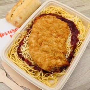 Plat escalope de dinde panée, spaghetti, sauce barbecue, emmental râpé