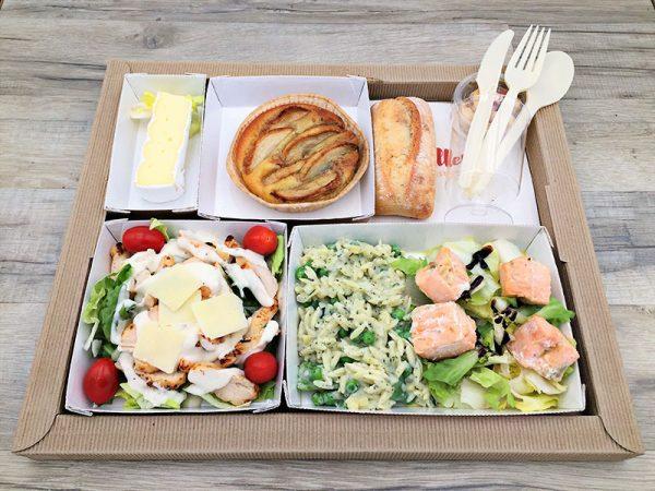 Plateau repas Salade césar Bouchées de saumon, risonis à la crème et aux légumes Fromage du jour Sablé aux pommes