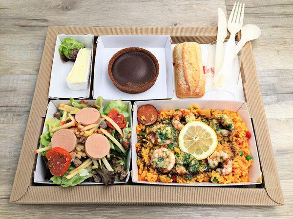 Plateau repas Salade gourmande de fois gras Poêlée de crevettes en persillade, riz à L'Espagnol Fromage Tartelette chocolat fondant