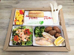 Plateau repas Avocat et crevette, en salade sauce balsamique Filet de daurade, brocolis et pomme de terre grenaille. Salade de fruits