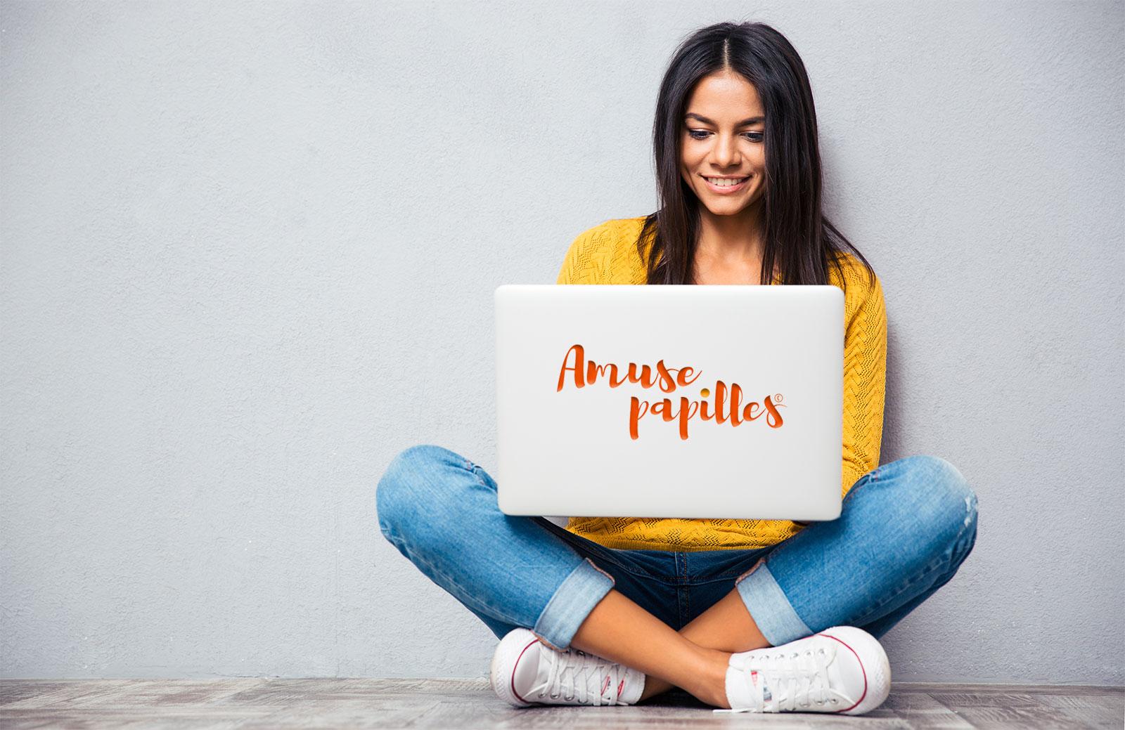 Une fille devant un ordinateur portable
