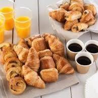 Assortiment de viennoiseries, café et jus d'orange