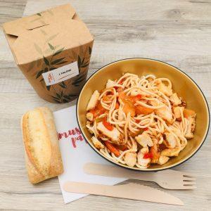Plat nouilles chinoises, poulet, sauce aigre douce