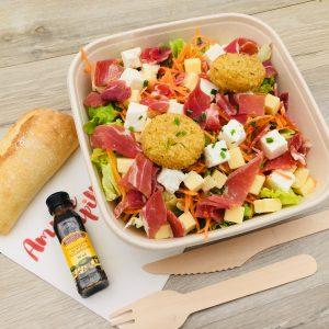 Salade, carottes, jambon sec, féta, emmental, bouchées de camembert panées