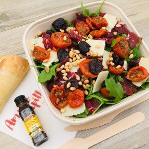 Salade, roquette, bresaola, Grana Padano, tomates cerises confites, pignons de pin, olives noires à la Grecque