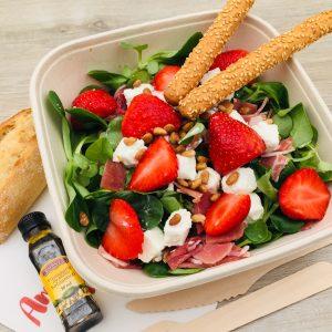 Salade mâche, jambon sec, féta, fraises, basilic, pignons de pin, gressins