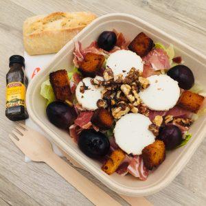 Salade, jambon sec, chèvre, raisin frais, noix, pain d'épices grillé