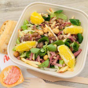 Salade, mâche, aiguillettes de dinde fumées, pomme, châtaignes, noisettes grillées, orange