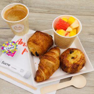 Café, salade de fruit, croissant, pain au chocolat, pain aux raisins