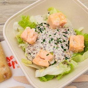 Salade, saumon grillé, lentilles, crème de moutarde à l'ancienne avec salade assaisonnée