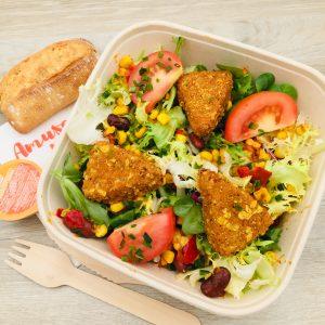 Salade, bouchées panées au riz, maïs, haricots, poivrons, tomates